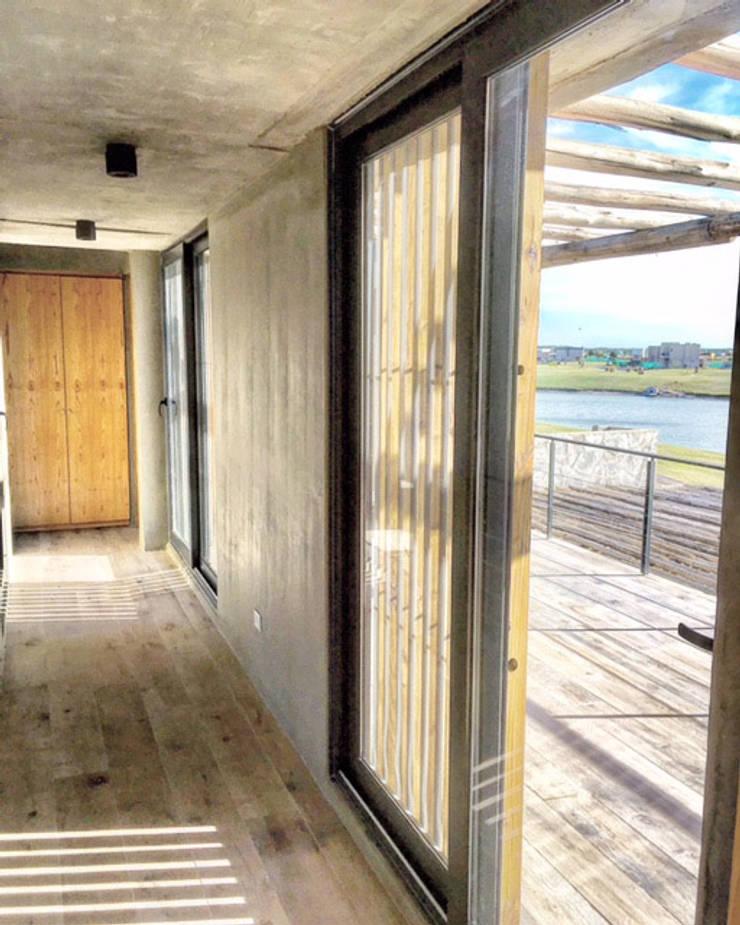 Corredores e halls de entrada  por FAARQ - Facundo Arana Arquitecto & asoc.,