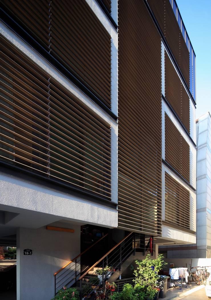 Poonghyangloo FASADE: kimapartners co., ltd.의  다가구 주택