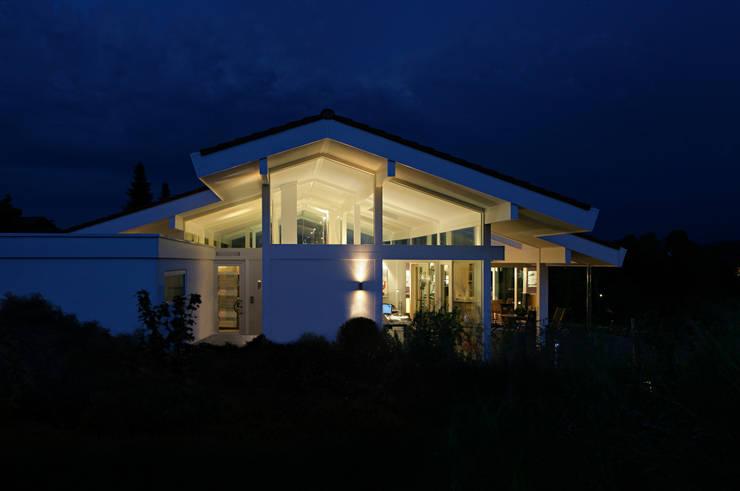 Architektenvilla in Osterseen: moderne Häuser von DAVINCI HAUS GmbH & Co. KG