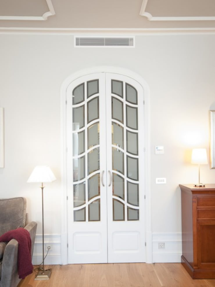 Front doors by ETNA STUDIO , Classic Wood Wood effect