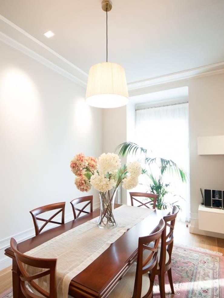 Dining room by ETNA STUDIO , Modern Sandstone