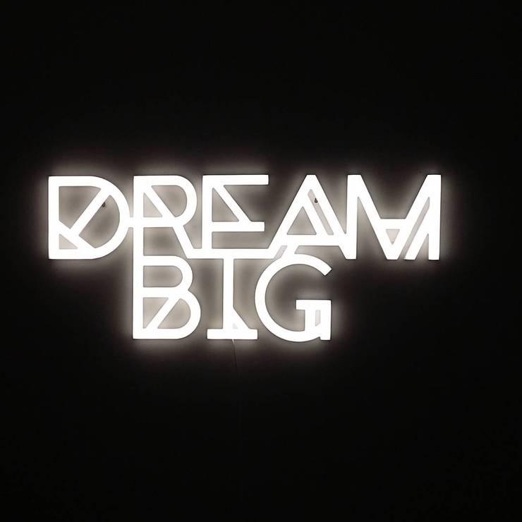 DREAM BIG LEDON NA ZAMÓWIENIE: styl , w kategorii Ściany i podłogi zaprojektowany przez Twórczywo