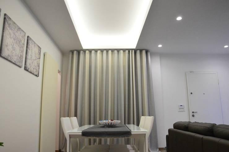 Colore grigio perla su elementi strutturali. Ristrutturazione casa chiavi  in mano  in stile di Contemporaneo Interior 2e908bb9dbfe