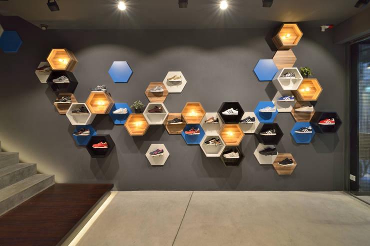 Sport II: Lojas e espaços comerciais  por Cervus Concept & Retail,Moderno