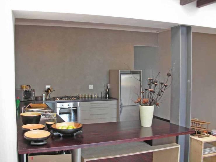 open plan kitchen:  Kitchen by Till Manecke:Architect