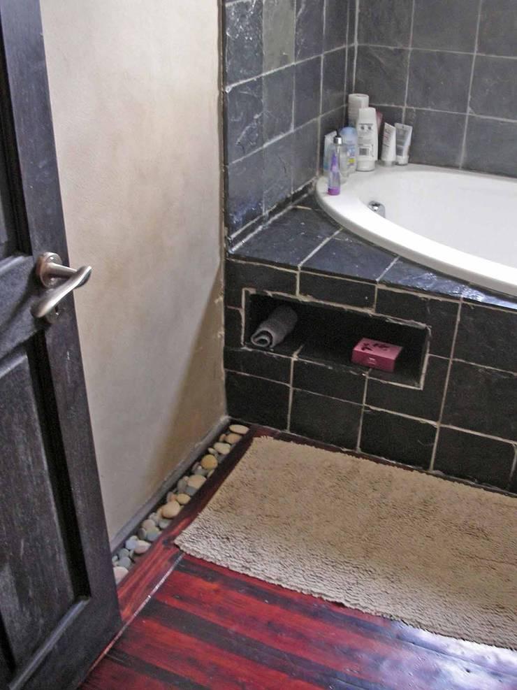 bathroom details:  Bathroom by Till Manecke:Architect