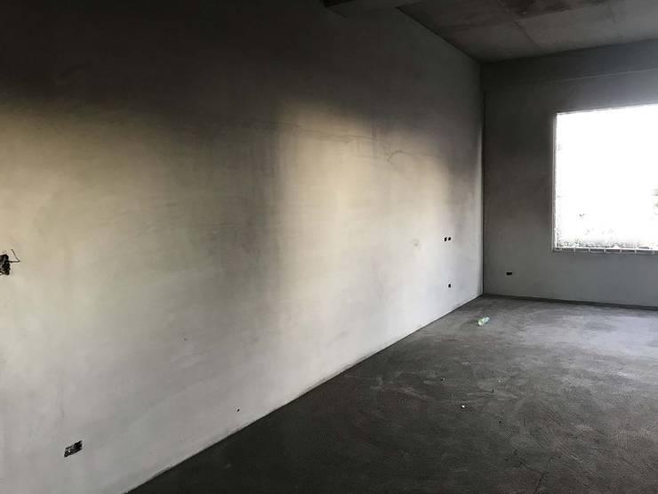 Salas / recibidores de estilo  por 寶樹堂營造工程, Minimalista Concreto