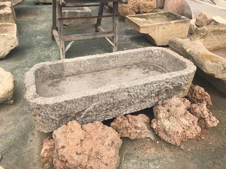 Pilón recuperado de piedra: Jardines de invierno de estilo  de Anticuable.com