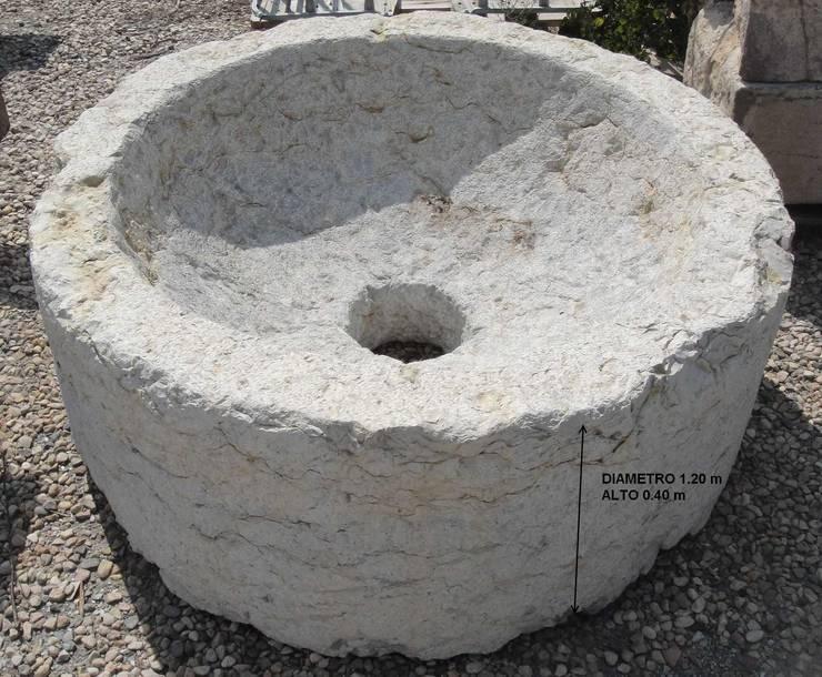 Pilón redondo de piedra: Baños de estilo  de Anticuable.com
