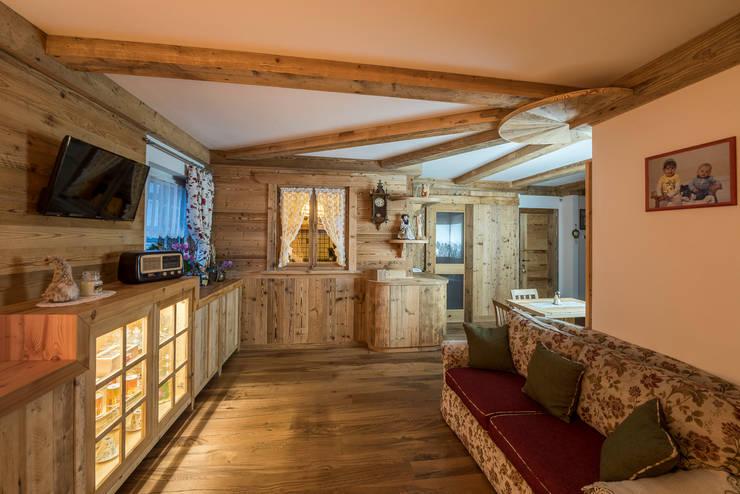 L' arredamento della casa in montagna: Soggiorno in stile  di RI-NOVO