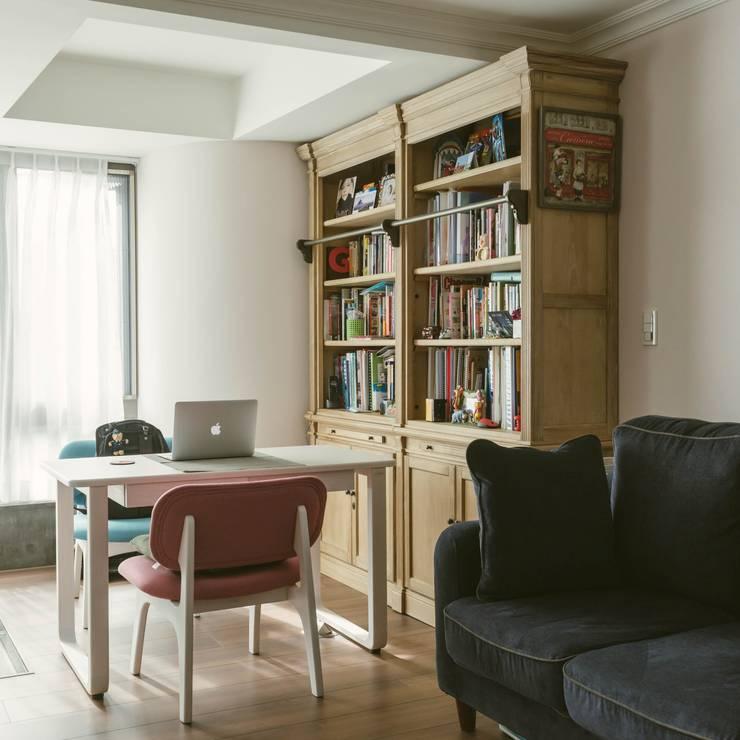 美式風格溫泉套房:  書房/辦公室 by 大觀創境空間設計事務所
