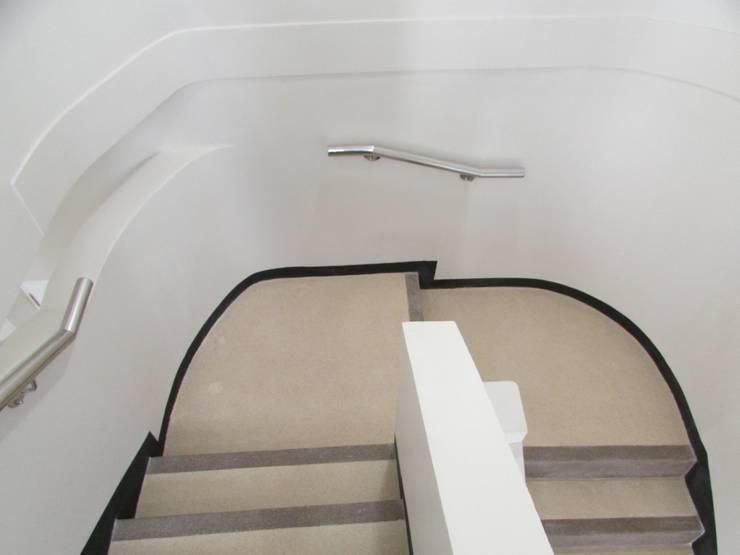 Escalera Ministerio Hacienda: Pisos de estilo  por Decosuelos