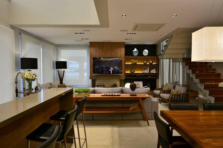 Modern Dining Room by Stúdio Márcio Verza Modern Wood Wood effect