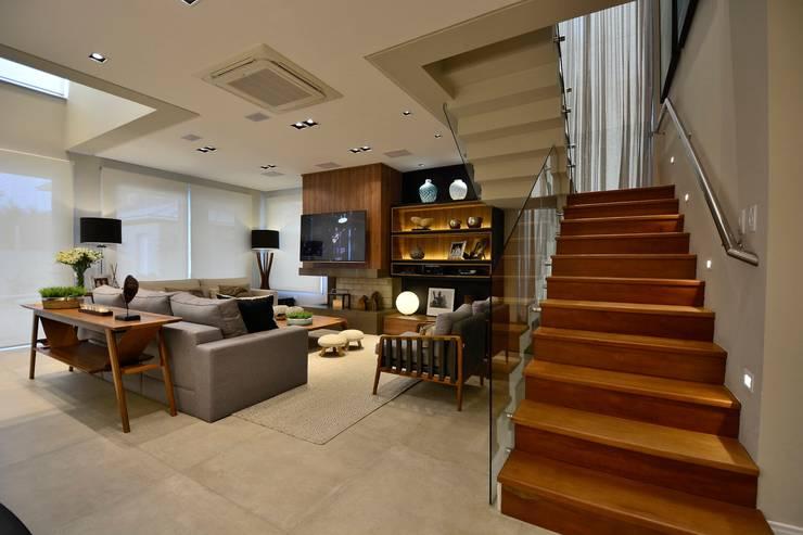 Sala de estar / escada: Escadas  por Stúdio Márcio Verza