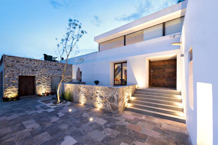 HACIENDA SAN ANTONIO: Condominios de estilo  por Dionne Arquitectos