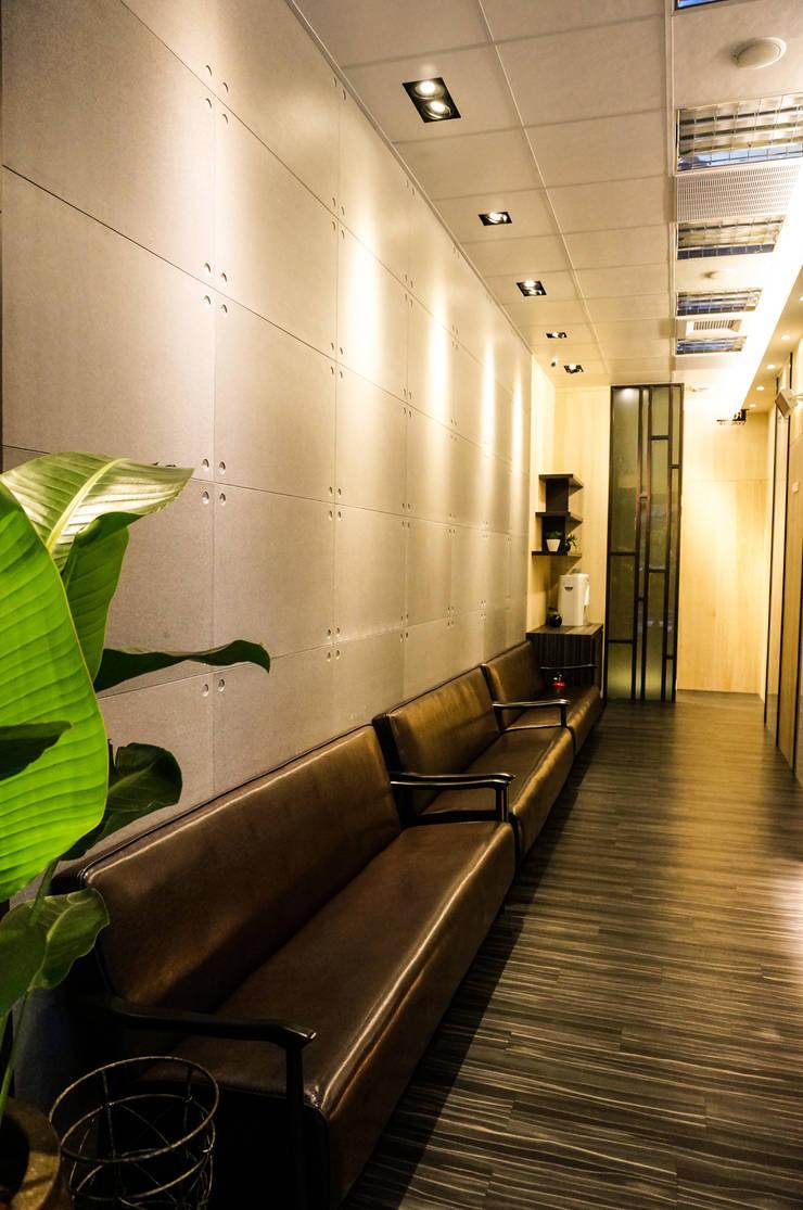 Pasillos y vestíbulos de estilo  por 沐築空間設計, Moderno