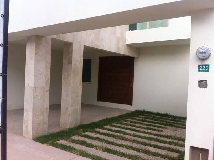 #construccion#residencial#villamagna#slp: Garajes dobles  de estilo  por INOVA