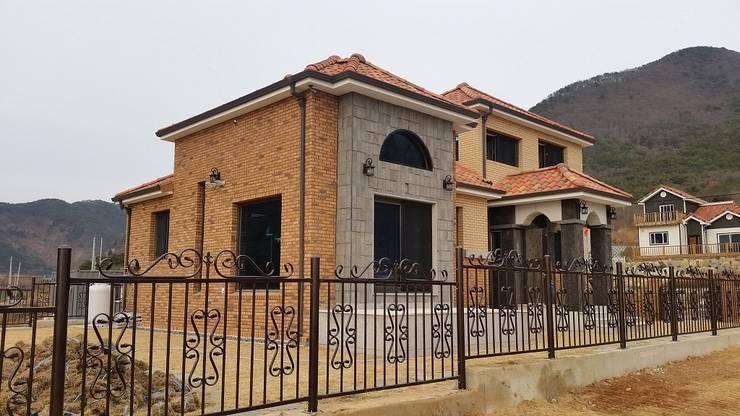Houses by 운화건축사사무소 , Country