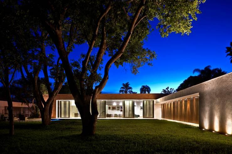 Fachada posterior: Casas  por CBR Arquitetura Ltda.