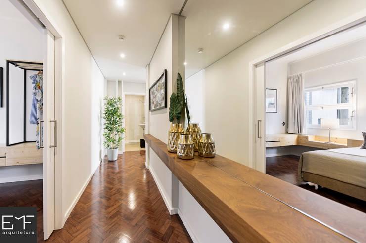 Apartamentos Downtown: Corredores e halls de entrada  por EMF arquitetura