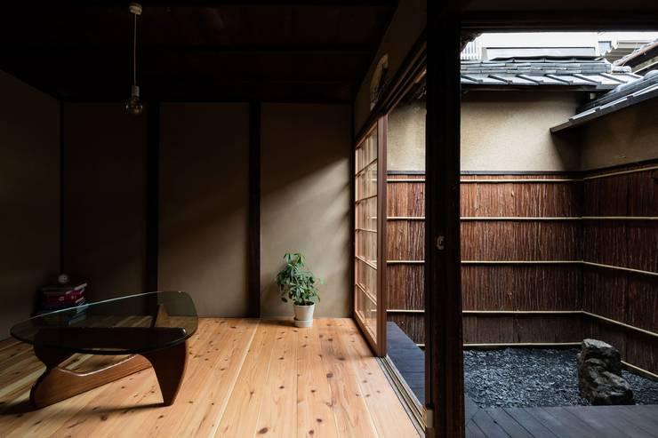 昭和小路の長屋: 山本嘉寛建蓄設計事務所 YYAAが手掛けた枯山水です。