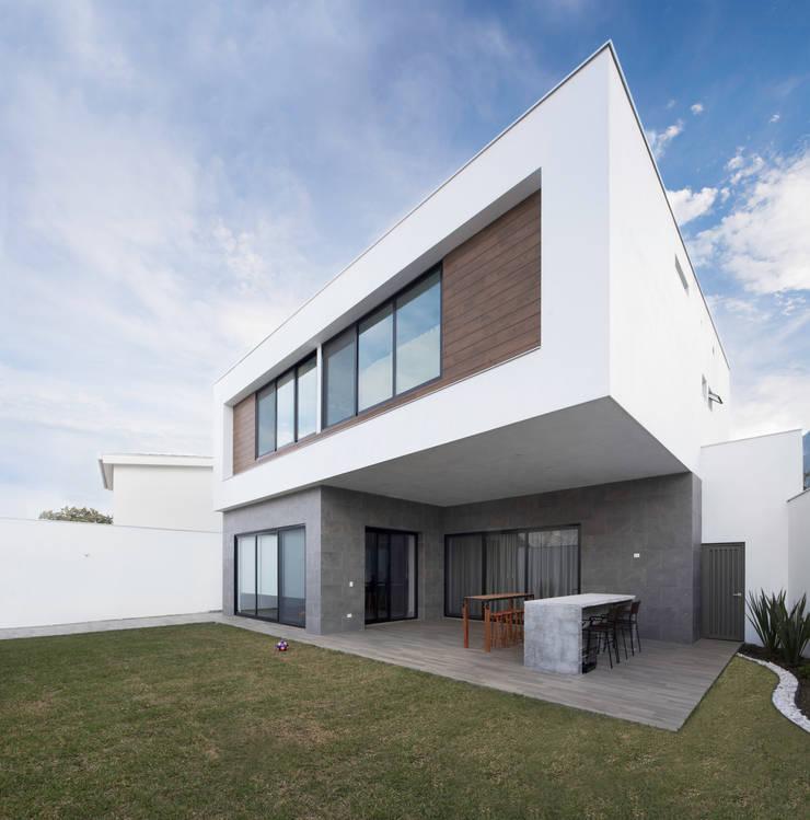 Fachada posterior: Casas unifamiliares de estilo  por Nova Arquitectura