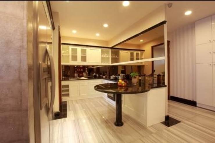 Apartment luxury:  Kitchen by Magna Mulia Mandiri