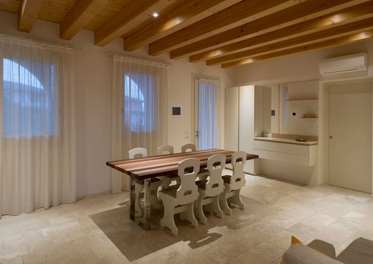 Progetto Atlante: Sala da pranzo in stile  di Tratto Sottile
