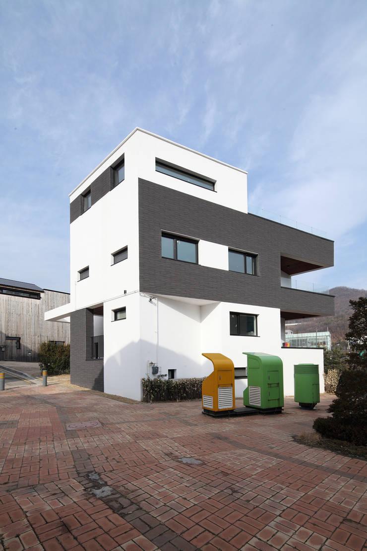 판교주택 - 철근콘크리트: 블루하우스 코리아의  주택,