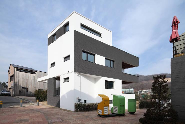 판교주택 – 철근콘크리트: 블루하우스 코리아의  주택,