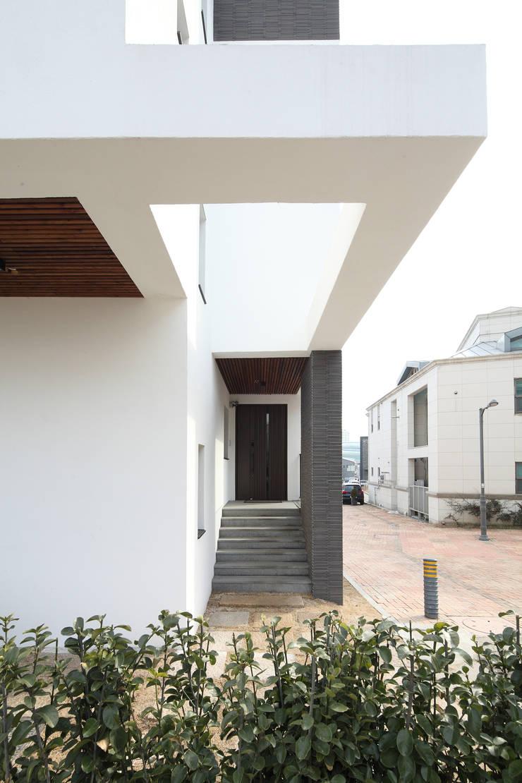판교주택 – 철근콘크리트: 블루하우스 코리아의  복도 & 현관,