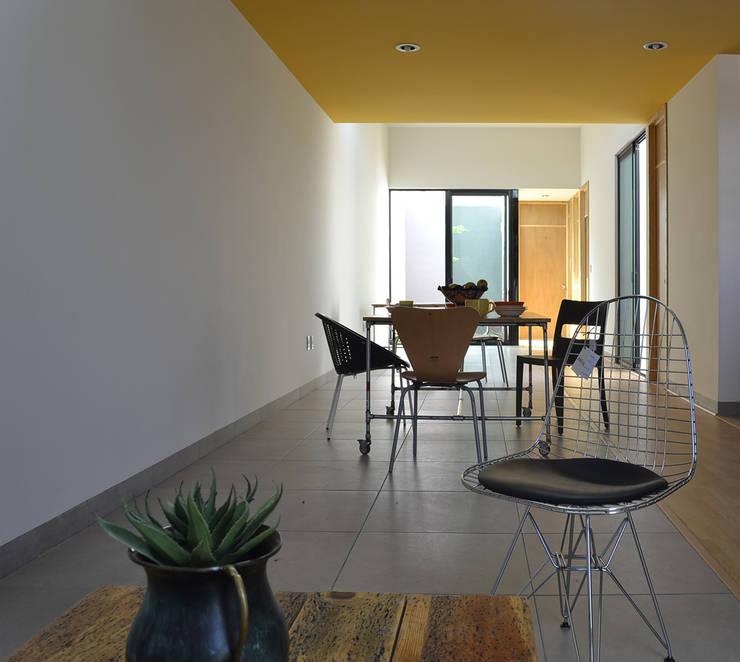 CASA VG: Salas de estilo  por CUBO ROJO Arquitectura