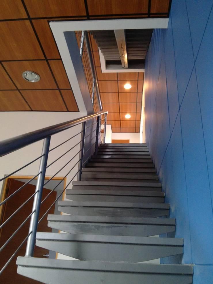 CREAPLAS: Escaleras de estilo  por Incubar: Arquitectura & Construcción