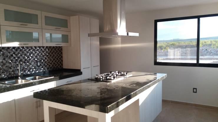 #construccion#residencial#villamagna#slp: Cocinas equipadas de estilo  por INOVA