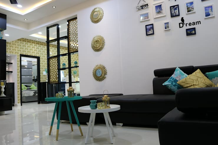 Living Room:  Living room by Enrich Interiors & Decors