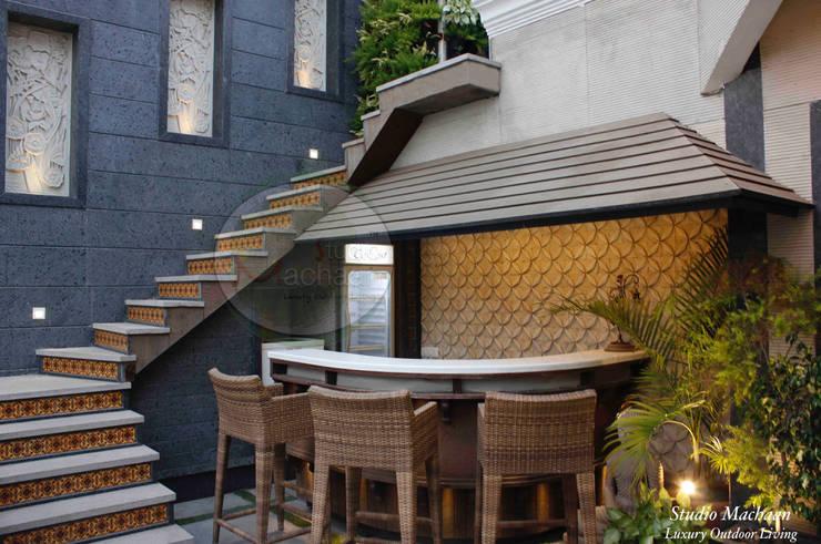 Terrace Bar and Terrace Garden Design:  Terrace by Studio Machaan ,Modern
