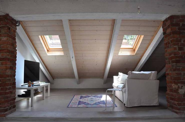 Sottotetto - riuso creativo: Tetto in stile  di atelier architettura