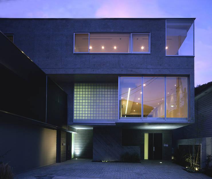 HIROO FLAT 裏手の広大な森を借景とした住まい: JWA,Jun Watanabe & Associatesが手掛けた家です。