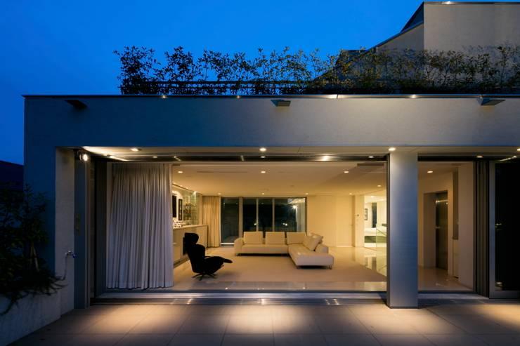 高輪台 建築家志望だった施主と協働して理想の住まいづくり House in Urban Setting 01: JWA,Jun Watanabe & Associatesが手掛けたベランダです。