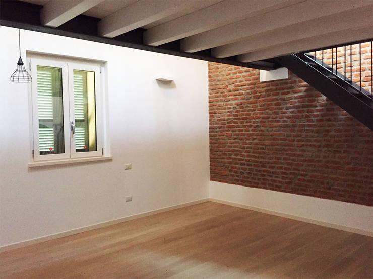 Casa unifamiliare in campagna Ingresso, Corridoio & Scale in stile moderno di atelier architettura Moderno