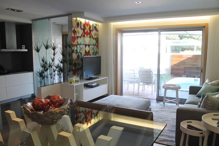 Sala em open space: Sala de estar  por Conceicao Lopes