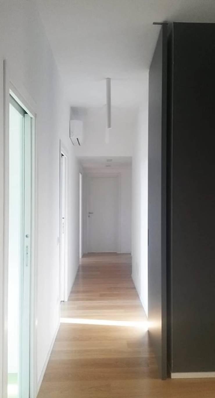 Appartamento in città Ingresso, Corridoio & Scale in stile moderno di atelier architettura Moderno