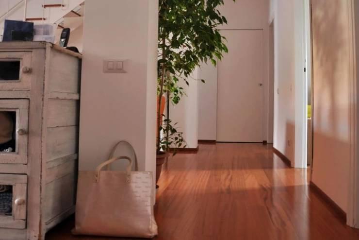 Una casa familiare Ingresso, Corridoio & Scale in stile moderno di atelier architettura Moderno