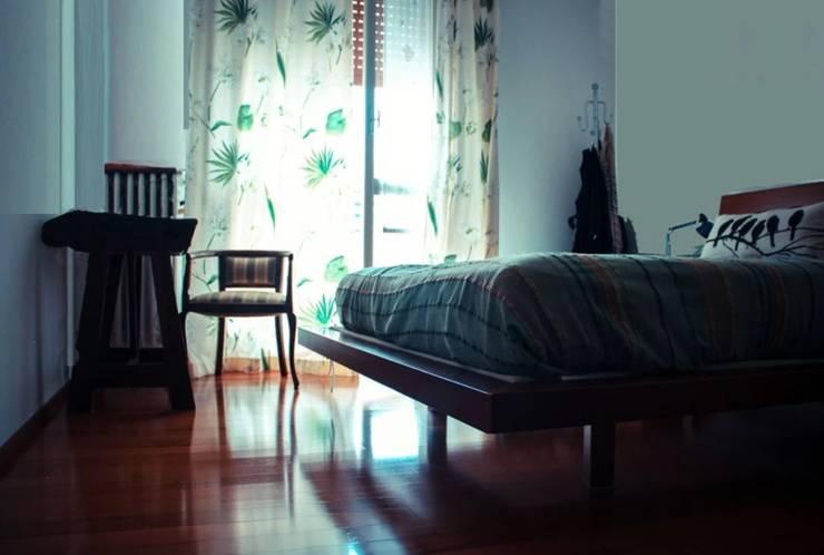 Una casa familiare Camera da letto moderna di atelier architettura Moderno