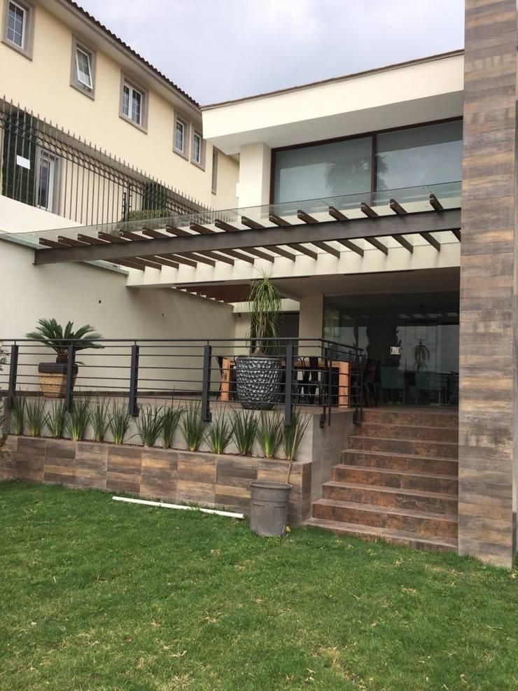 Balcones y terrazas de estilo moderno de CESAR MONCADA S Moderno