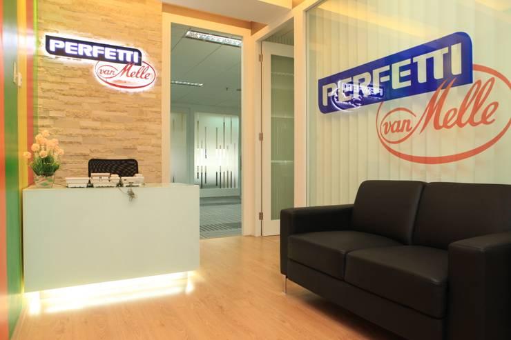 COLORFULL MODERN OFFICE @ MT HARYONO, JAKARTA:  Kantor & toko by PT. Dekorasi Hunian Indonesia (DHI)