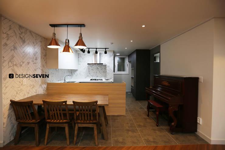 용호롯데 APT: 디자인세븐의  다이닝 룸