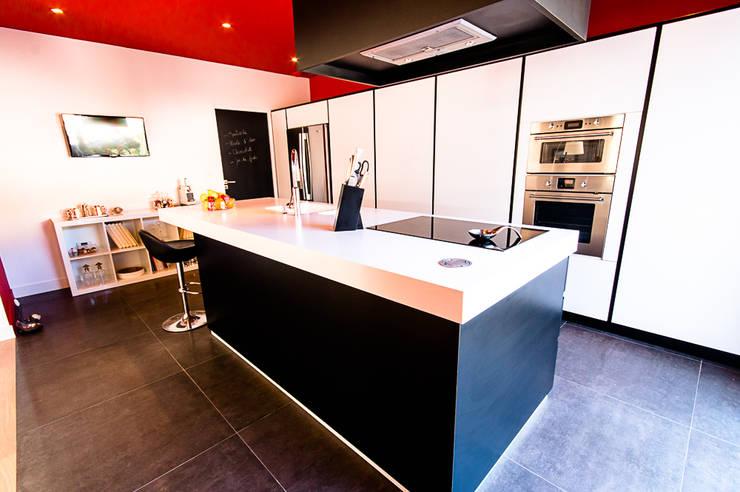 VILLA BORDEAUX Artigues: Cuisine de style de style Moderne par Julie Chatelain