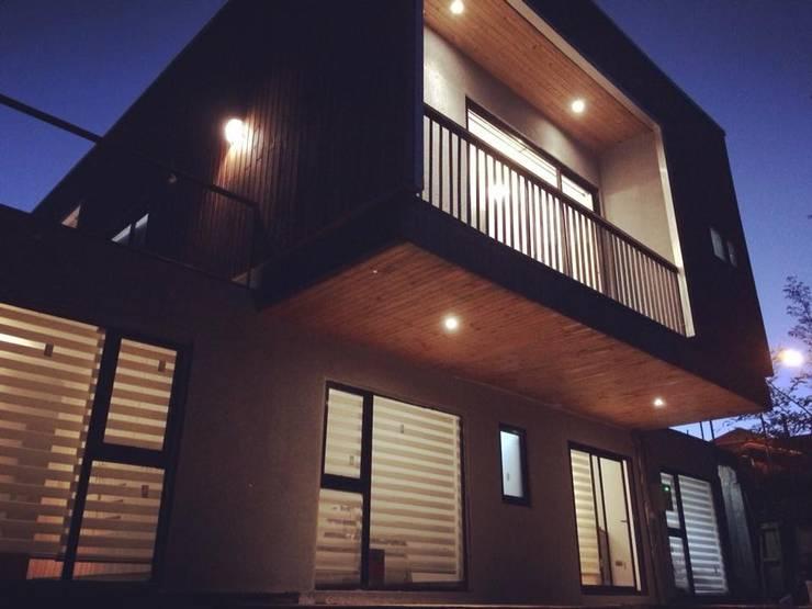 voladizo: Casas de estilo  por Manuel Herrera