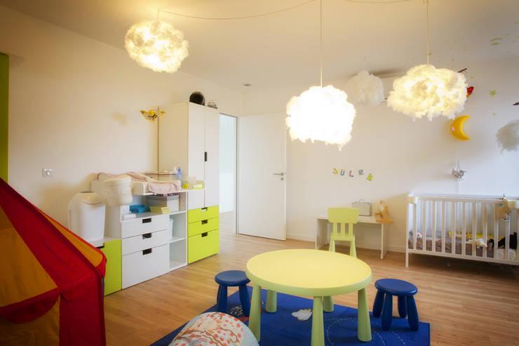 Rénovation d'une grange avec extension: Chambre d'enfant de style de style Moderne par Optiréno